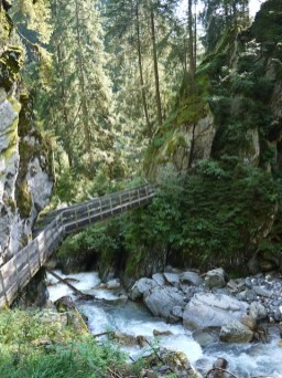 Über Brücken und Steige führt Euch der spektakuläre Weg durch die Gilfenklamm. foto (c) kinderoutdoor.de