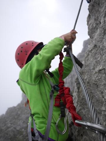 Alles will gelernt sein, auch das Sichern im Klettersteig. foto (c) kinderoutdoor.de