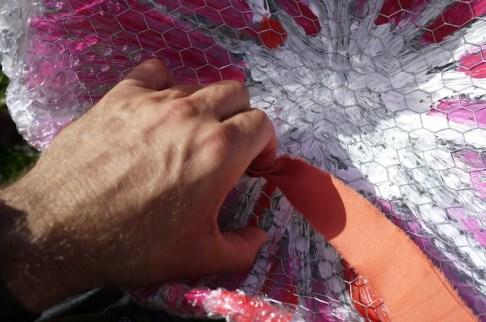Befestigt die Tentakel der Qualle im Hasendraht. Einfach reinstecken und die halten. foto (c) kinderoutdoor.de