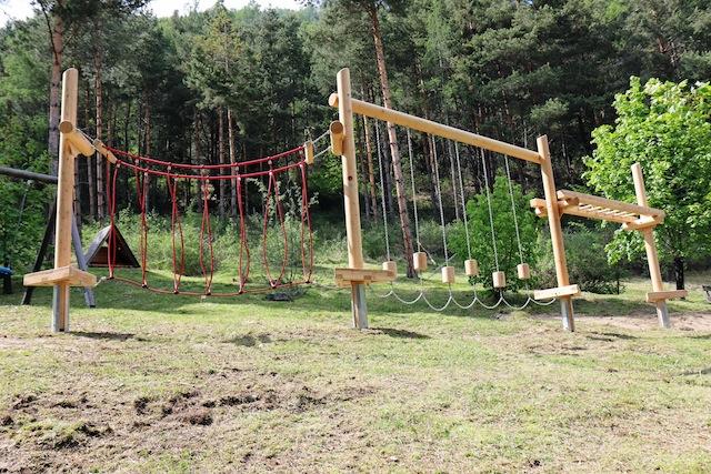 Unterwegs ist auf den Spielestationen Action angesagt. Kein Wunder, dass die Kinder von Bibis Märchenwald begeistert sind. am Waldspielplatz endet der Weg. foto (c) Tirol Werbung