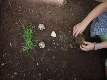 Landart ist ganz einfach: Mit Naturmaterialien legen die Kinder Gesichter von Waldwichteln. foto (c) kinderoutdoor.de