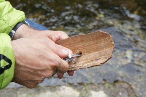 Bohrt ein Loch in das Boot um darin später den Masten zu stecken. foto (c) kinderoutdoor.de