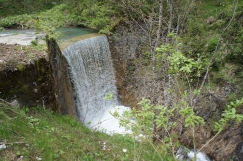 Hat hier jemand vergessen den Wasserhahn abzudrehen? An diesem Wasserfall vom Bärguntbach müsst Ihr euch entscheiden: Tal- oder Panoramaweg. foto (c) kinderoutdoor.de
