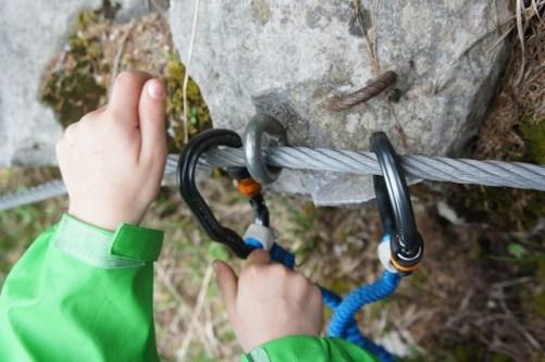 Sich selbst und die Kinder müsst Ihr beim Klettersteig sichern können. foto (c) kinderoutdoor.de