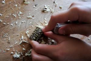 Verziert mit dem Taschenmesser die geschnitzten Perlen. foto (c) kinderoutdoor.de