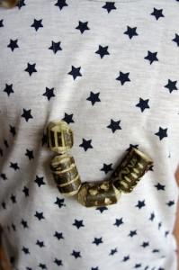 Schnitzt doch mit den Kindern eine Perlenkette aus Holz. foto (c) kinderoutdoor.de