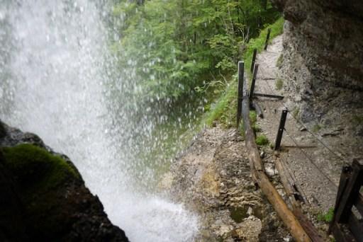 """""""Hinter dem Wasserfall gehts weiter!"""" frei nach Udo Lindenberg. Hinter dem Staubfall können die Kinder wandern. foto (c) kinderoutdoor.de"""