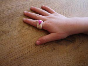 Schnitzen mit Kindern: Ein Ring aus Holunder. foto (c) kinderoutdoor.de