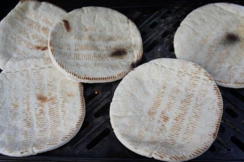 Outdoor Rezepte für Kinder die draußen kochen: Ein simples Fladenbrot. foto (c) kinderoutdoor.de