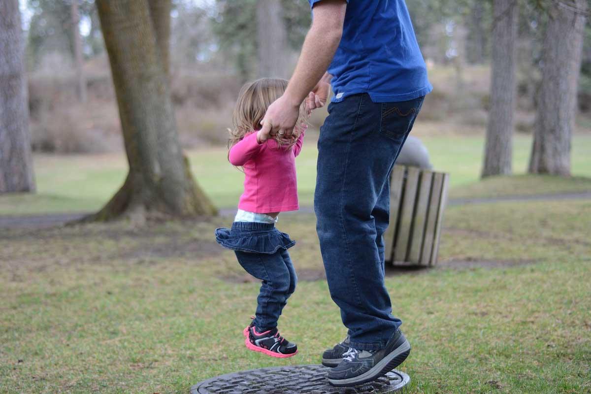 Kind spielt mit Vater