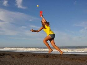 mädchen-sport-fangen-strand-ball