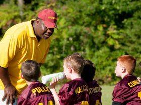 Trainer mit Kindern