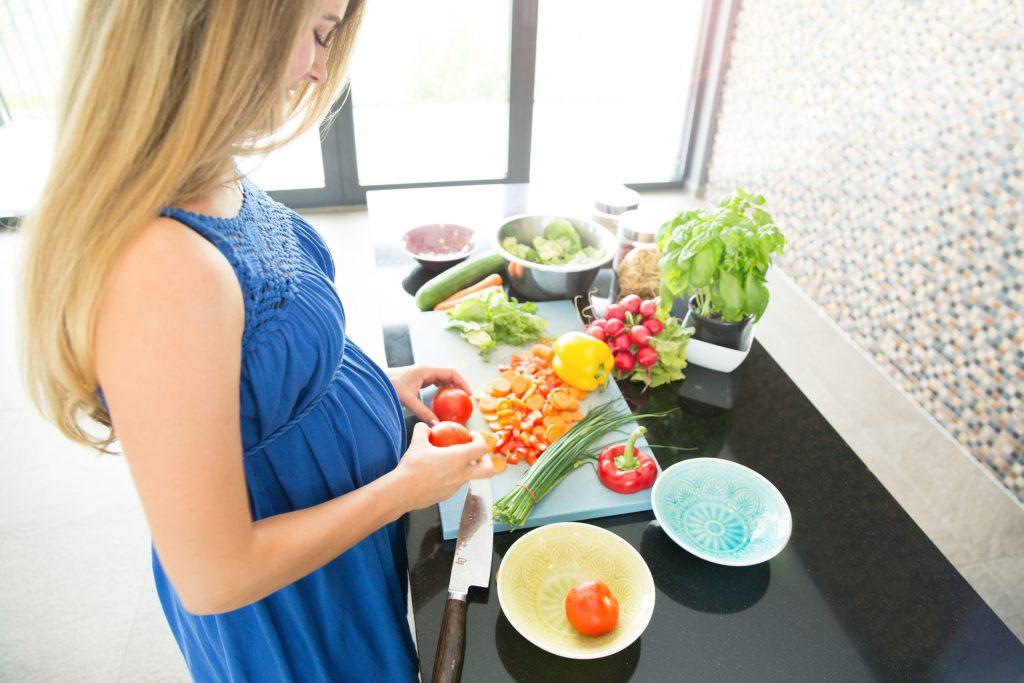 Während der Schwangerschaft erhöht sich der Bedarf an Vitaminen und Spurenelementen der werdenden Mutter.