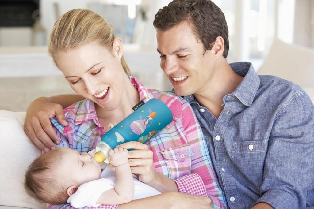 Die stabile Baby-Trinkflasche aus Glas steckt bruchsicher in einem Thermobecher, der dafür sorgt, dass Milch, Tee oder Wasser lange Zeit ihre Temperatur halten.