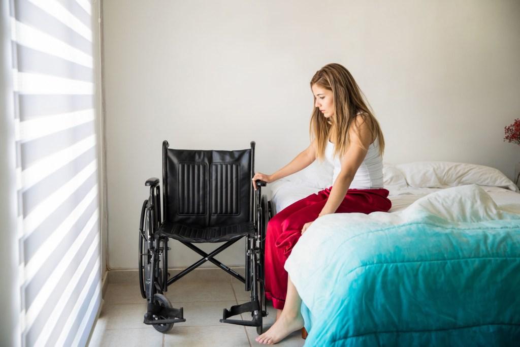 Eine MS-Erkrankung bedeutet nicht zwangsläufig ein Leben im Rollstuhl. Wichtig ist die frühzeitige und konsequente Behandlung.