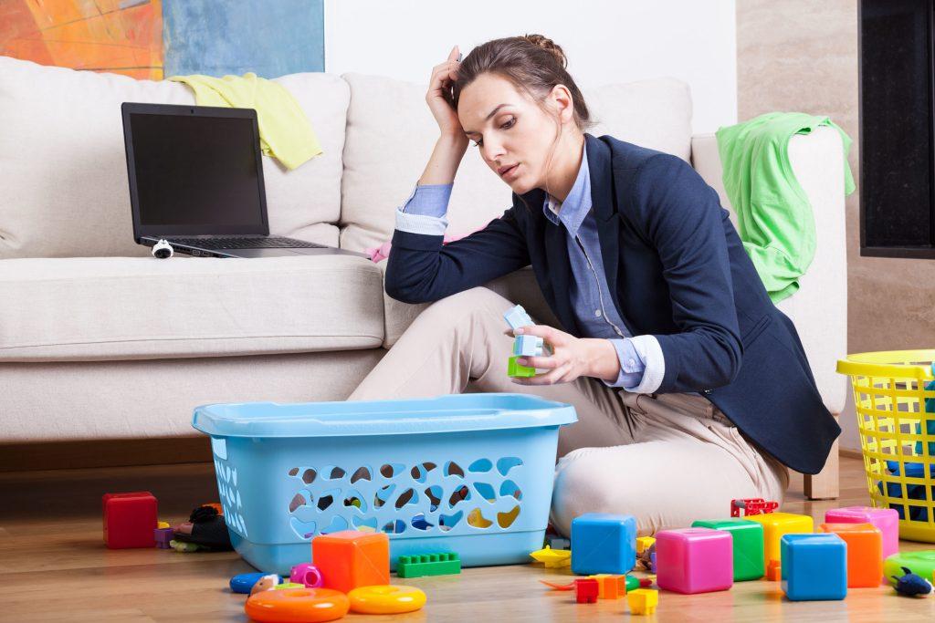 Viele berufstätige Mütter managen parallel die Kindererziehung, den Haushalt und den Einkauf. Die Ruhepausen kommen oft zu kurz - Stress durch Doppelbelastung