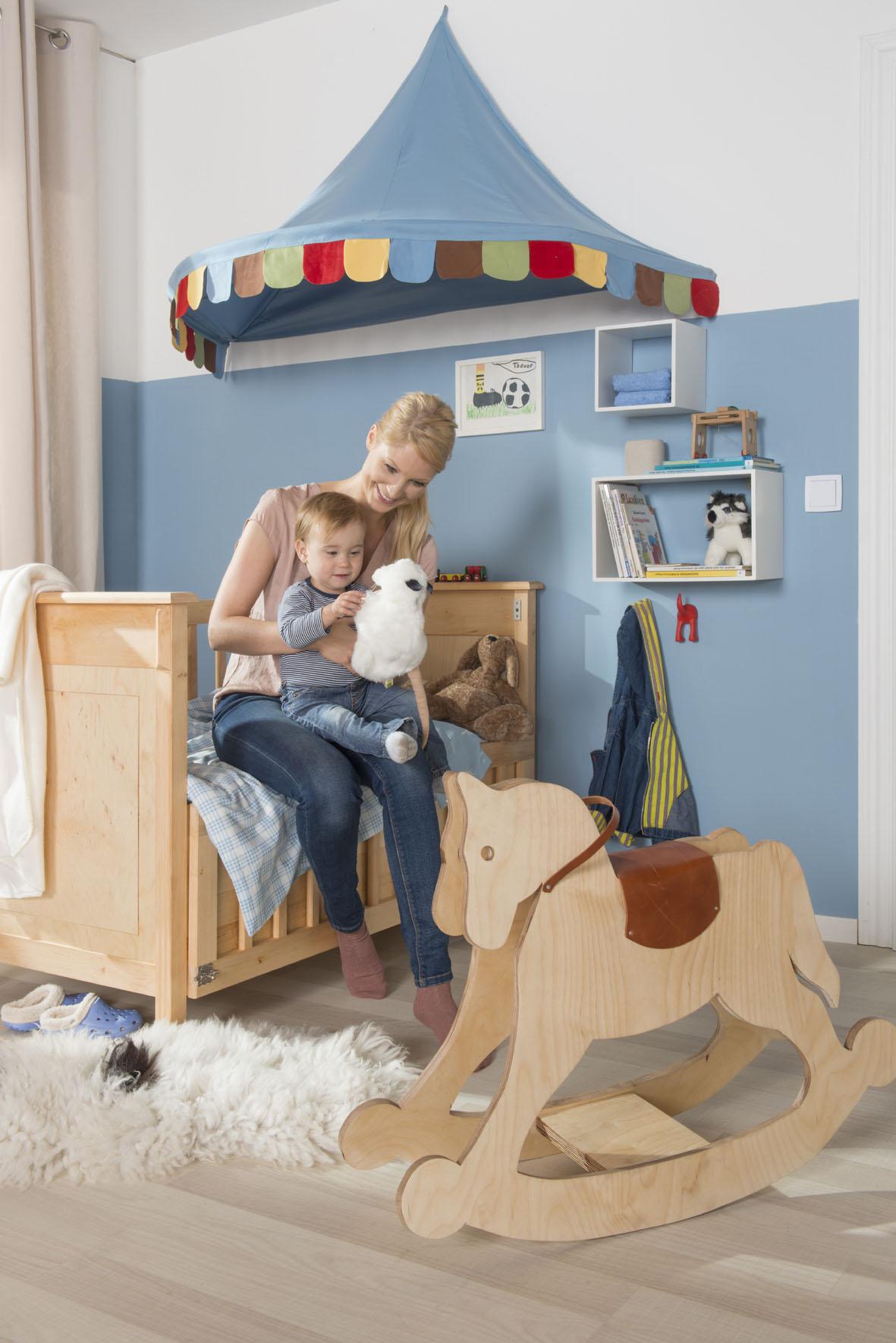 Noch mehr als in den anderen Räumen des Hauses oder der Wohnung sollten Eltern bei der Einrichtung des Kinderzimmers auf wohngesunde Möbel und Accessoires achten. Diese sollten dann genau so natürlich gepflegt werden.