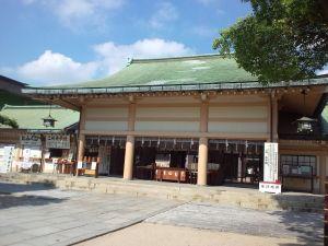 1024px-Ikukunitama-jinja_Haiden
