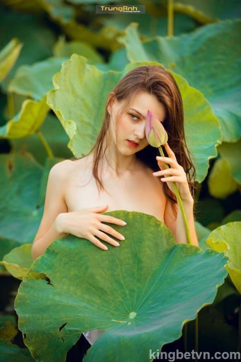 olga evil người mẫu tây chụp ảnh khỏa thân bên hồ sen