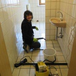 Vorbereitung zum neuen Anstrich im Herren-WC