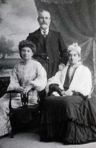 1900 approx George & Eliza Gale with daughter Margaret