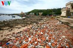 Phế thải xây dựng đổ ra bờ biển xã An Vĩnh, bên con đường đi ra chùa Đục