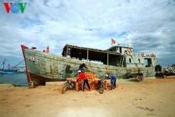 Ở cầu cảng An Vĩnh, những chuyến tàu, xà lan chở vật liệu xây dựng tới đảo hoạt động bốc dỡ suốt ngày đêm...