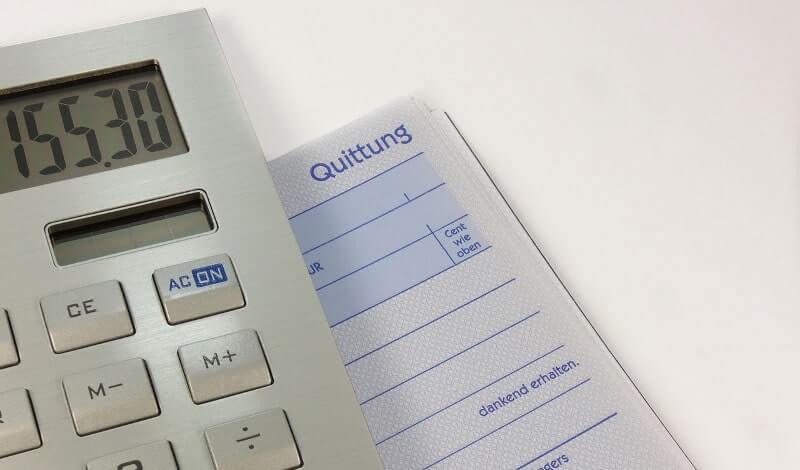 電卓で金額を計算するイメージ画像