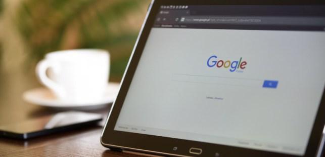 タブレットに表示されたGoogleの検索エンジン