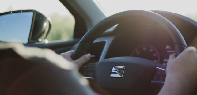 車をアイドリングしている画像