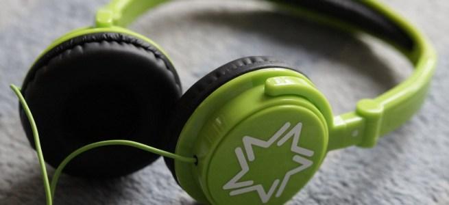 音楽を聴くヘッドフォン