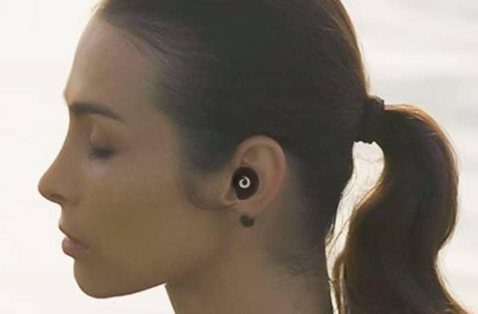 女性の耳にフィットしたワイヤレスイヤホン