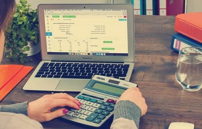 パソコンを開いて税金計算する人