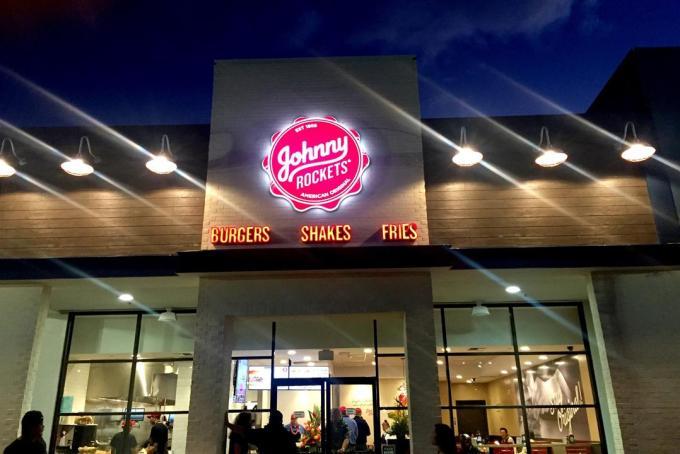 A発祥のハンバーガーチェーン「Johnny Rockets(ジョニーロケッツ)」のハワイ1号店がオープン!