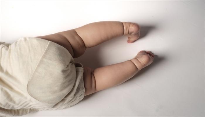 赤ちゃん おくるみ 運動神経