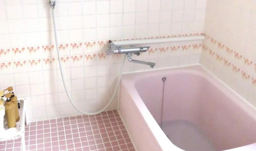 タイル張りのお風呂の画像