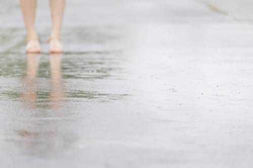 道路に雨が降った画像