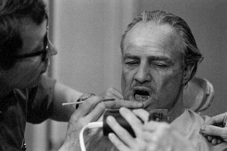 Do roli wOjcu Chrzestnym Marlon Brando miał zakładaną specjalną protezę orazrobiony makijaż zębów