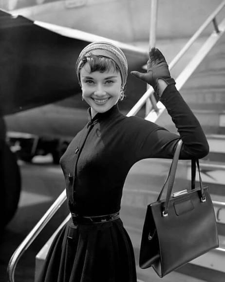 Audrey Hepburn tonietylkomała czarna. Jest ikoną stylu dodzisiaj.