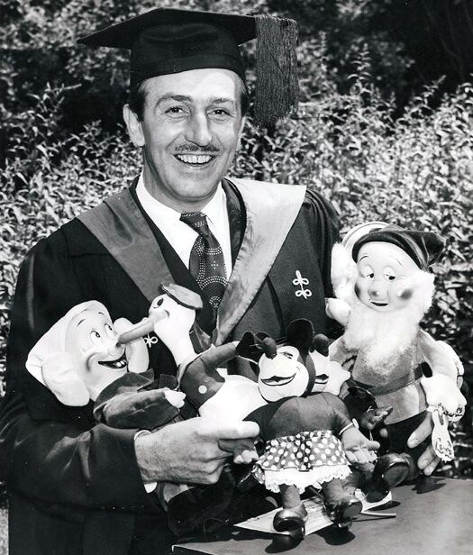Walt Disney izabawki: Myszka Minnie, Kaczor Donald iKrasnoludki zKrólewny Śnieżki. Strategią marketingową dla filmów icałej wytwórni Disney'a stał się merchadising.