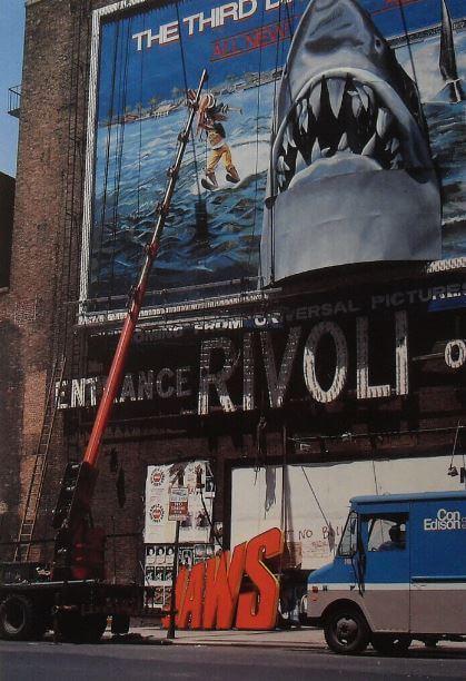 """Billboard do""""Szczęk 3"""" wtrakcie instalacji. Billboardy wlatach 80 stały się ważnym elementem marketingu filmowego."""
