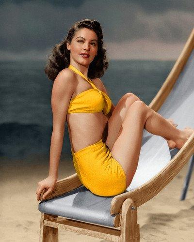 Młoda Ava Gardner pozuje wstroju kąpielowym naplaży.