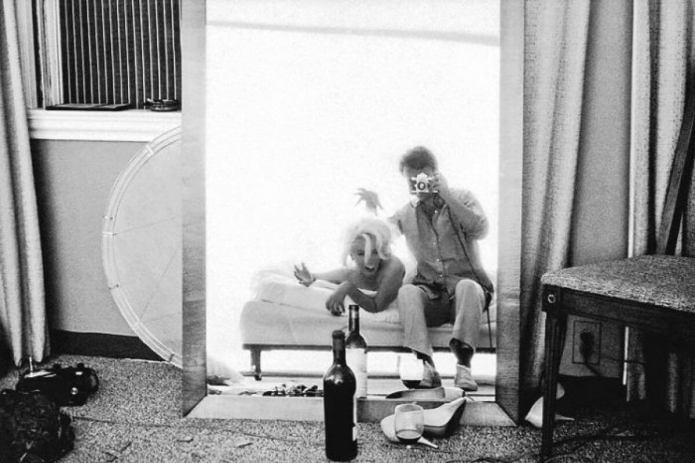 Backstage ostatniej sesji zdjęciowej Marilyn Monroe. Nazdjęciu zfotografem Bertem Sternem.