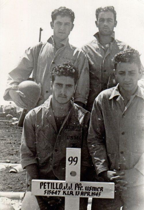 Johnny Stompanato (nadole polewej) podczas wojny naPacyfiku podczas II wojny światowej, 1945