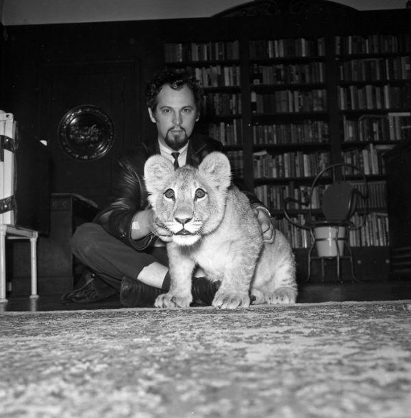 Młody Anton LaVey orazjego lew Togaro