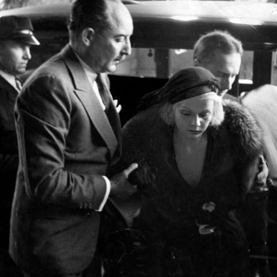 Jean Harlow napogrzebie męża Paula Berna