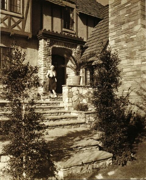 Jean Harlow przy posiadłości