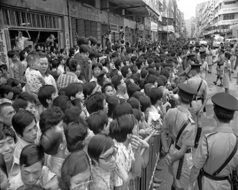 Tłumy zebrane napogrzebie Bruca Lee wHongkongu