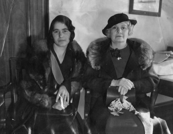 Od lewej: pokojówka pani Wilson isąsiadka pani Goodrich