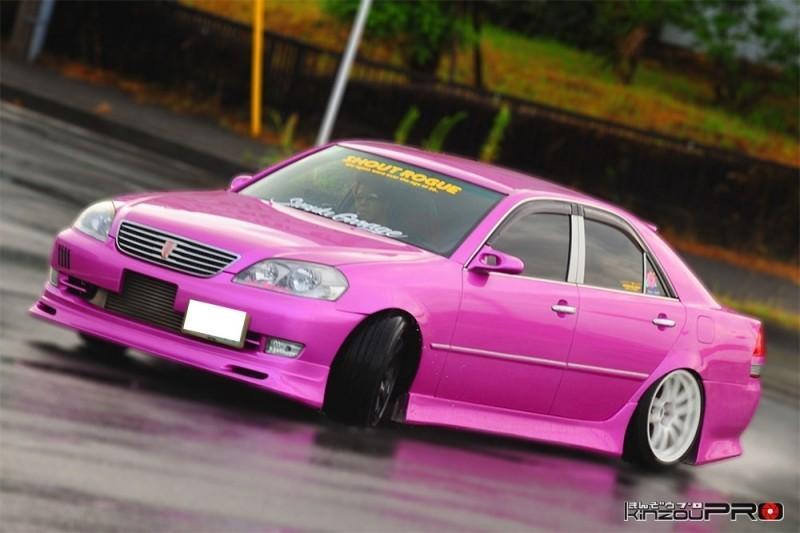 【滑りの美学】チームSHOUT ROGUEのド派手なピンクの110マークⅡがウエットなストリートでドリフト!